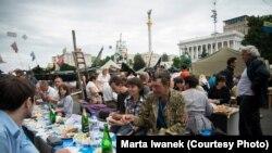 Майданда үйленіп жатқан жастар. Киев, 24 мамыр 2014 жыл