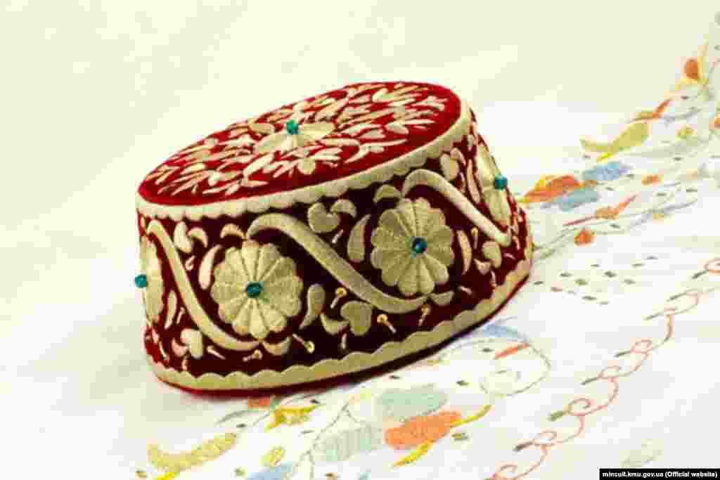 На цьому фесе, виконаному в техніці золотого шиття, вишитий кримськотатарський орнамент «Орьнек». Він внесений до попереднього списку ЮНЕСКО для можливого включення його до переліку нематеріальної культурної спадщини людства. Це може статися вже в 2021 році. У 2018 році його включили до Національного переліку елементів нематеріальної культурної спадщини України