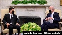 Президент України Володимир Зеленський (ліворуч) під час зустрічі з президентом США Джо Байденом. Вашингтон, 1 вересня 2021 року