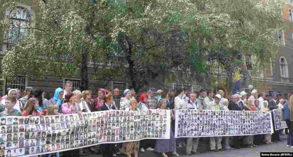 Фотографии убитых в Сребренице в 1995 году.