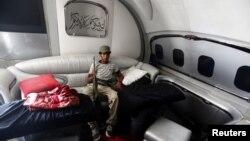 Либиски бунтовник седи во приватниот авион на Гадафи на меѓународниот аеродром во Триполи на 28 август 2011 година.