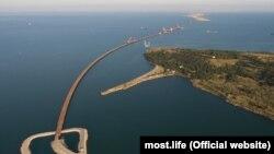 Вид на споруджуваний Керченський міст та острів Тузла
