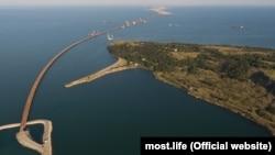Вид на строящийся Керченский мост и остров Тузла