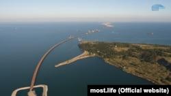 Qurulayatqan Keriç köprü ve Tuzla adasınıñ manzarası