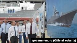 Дмитрий Медведев на судостроительном заводе «Море». Феодосия, 4 августа 2017 года