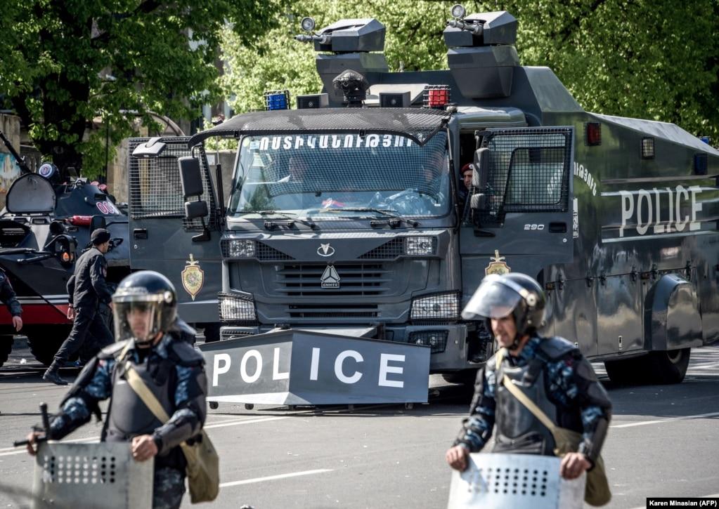 Голосування в парламенті відбувалося в умовах облоги – вулиці оточили сили поліції...