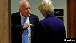 Сенатор Джон Маккейн и сенатор Элизабет Уоррен перед началом слушаний