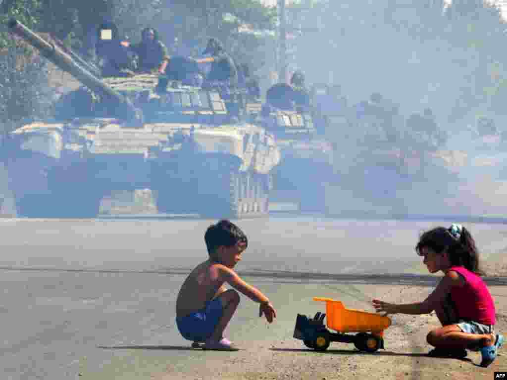 Российские танки едут по улице в Цхинвали. 30 августа 2008