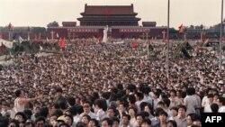 Тяньаньмэнь алаңында тұрған наразы жұрт. Пекин, 2 маусым 1989 жыл.