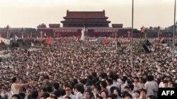 Тяньанмэнь аянтына демократияны талап кылып чогулган демонстранттар. Бээжин, 2-июнь, 1989-жыл.