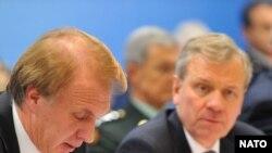 Керівник МЗС України Володимир Огризко і Генеральний секретар НАТО Яап де Гооп Схеффер на засіданні комісії «Україна - НАТО». Брюссель, 3 грудня 2008 р.