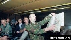 """Портпаролот на ОН, холандскиот мајор Роб Анинк покажува карта во хотелот """"Холидеј Ин"""" во Сараево, сабота, 16 април 1994 година"""