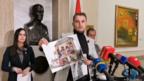 Draško Stanivuković, gradonačelnik Banjaluke, pokazuje fotografije bilborda u centru ovog grada koji su, kako tvrdi, postavljani po privilegovanim uslovima za pojedine klijente, Banjaluka, 31. januar 2021. godine