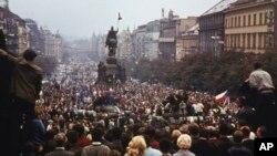 Вацлавская площадь в центре Праги. Протестующие окружили советские танки, 21 августа 1968 года