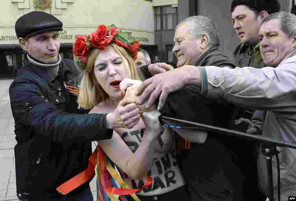 Акция протеста у здания крымского парламента в Симферополе. Март 2014 года.