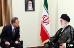 Пан Ґі Мун (л) і аятола Алі Хаменеї (п), Тегеран, 29 серпня 2012 року