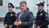 Міністр внутрішніх справ України Арсен Аваков у супроводі патрульних поліцейських