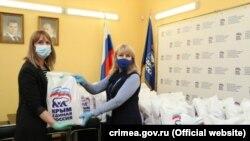 Оксана Сергієнко передає продуктові набори у волонтерський центр «Единой России», 23 квітня 2020 року