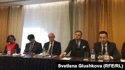 International Commission of Jurists (ICJ) өкілдері баспасөз конференциясында отыр. Астана, 5 желтоқсан 2017 жыл.