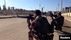 """Ирак әскері """"Әл-Қаидамен"""" байланысы бар содырлармен ұрыс кезінде. Рамади, Ирак, 1 ақпан 2014 жыл."""