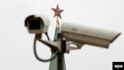Кремль маңында ілініп тұрған бақылау камераларының бірі. Көрнекі сурет.