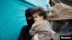 مادر و کودک یمنی در اردوگاهی نزدیک صنعا