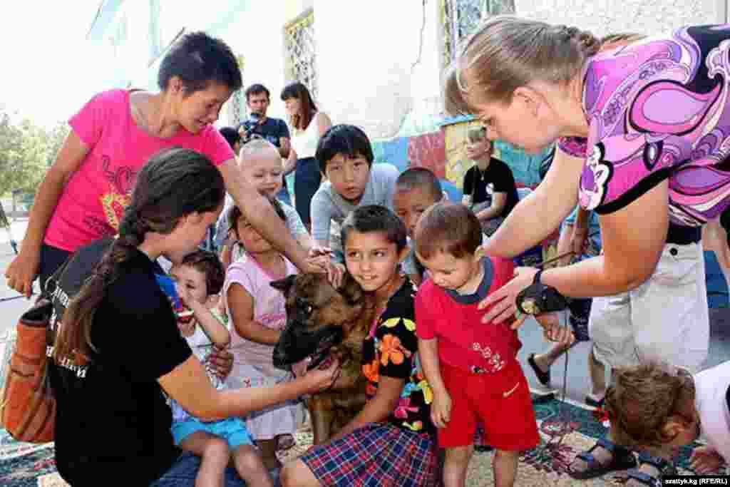 Бишкек. Волонтеры из фонда помощи бездомным животным с воспитанниками детского центра