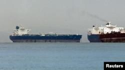 """Мальтанын желеги астында жүргөн """"Delvar"""" танкери (солдо) Сингапурга Ирандан мунай алып келип, жээкке токтоп жаткан учуру. Март, 2012"""