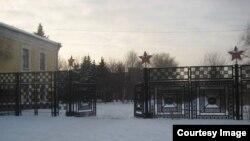 Распахнутые настежь ворота бывшего танкового училища
