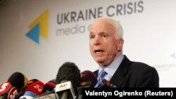 Джона Маккейна називали добрим другом України, він відвідував зону бойових дій на Донбасі наприкінці 2016 року