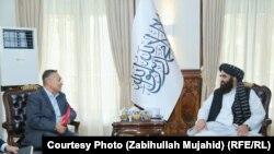 Исполняющий обязанности министра иностранных дел талибов Амир Хан Муттаки во время встречи с заместителем председателя Совета безопасности Кыргызстана Таалатбеком Масадыковым в Кабуле, 23 сентября 2021 года