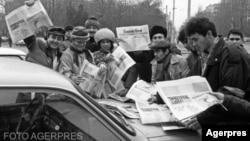 Tirajele ziarelor centrale în 1990 ajungeau la milioane de exemplare. Simplul fapt de a fi informat, de a vorbi liber, de a dezbate și, mai ales, de a critica politica liderilor țării era ceva cu totul nou, după mai mult de 45 de ani de cenzură.