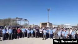 На кадре из видео — бастующие работники «KMG-Security». Жанаозен, 13 июля 2021 года