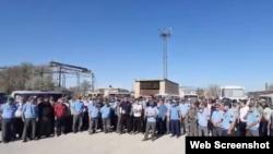 """""""KMG-Security"""" жұмысшылары ереуілдеп тұр. Жаңаөзен, 13 шілде 2021 жыл. Видеодан алынған скриншот."""
