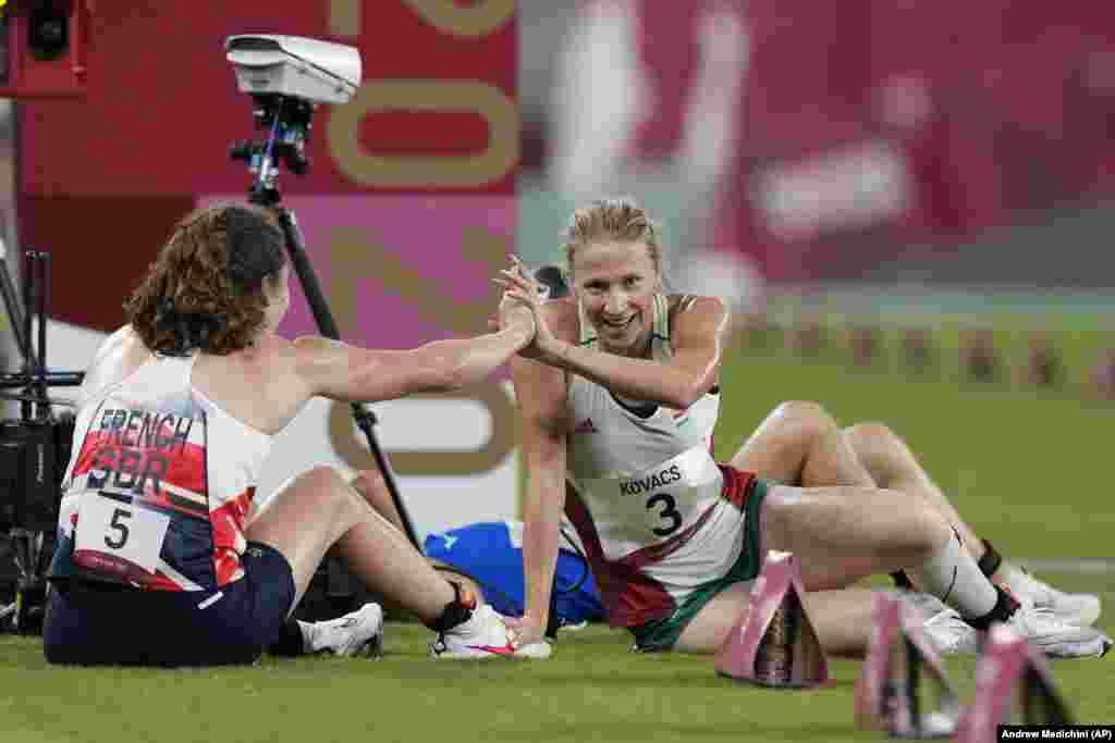 Кейт Френч из Великобритании празднует победу с Саролтой Ковач из Венгрии в современном пятиборье среди женщин. Саролта Ковач взяла «бронзу»