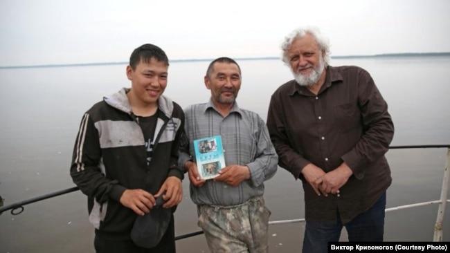 Виктор Кривоногов на Енисее с кетами и своей книгой о кетах