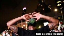 Участник акции протеста против расового неравенства, которой предшествовала гибель афроамериканца Джорджа Флойда при задержании полицией в Миннеаполисе. Нью-Йорк (США), 11 июня 2020 года.