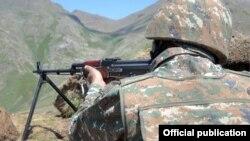 Հայաստանի ԶՈՒ զինծառայողը մարտական հերթապահության ժամանակ, արխիվ