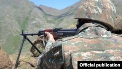 Армянский военнослужащий на боевом посту (архивная фотография)