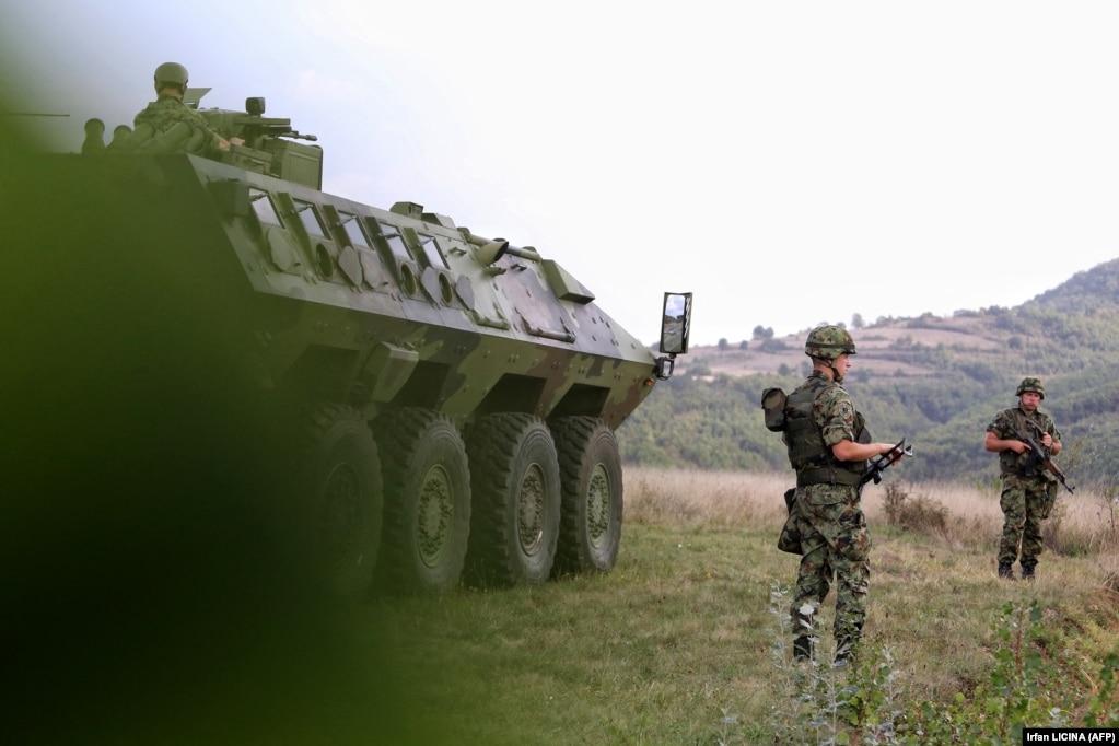 Ushtarë serbë duke qëndruar pranë një automjeti të blinduar, në Rudnicë. (27 shtator)