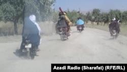 په اوروزګان کې وسله وال طالبان له یوه کلي تېرېږي - انځور له ارشیفه