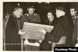 Regele Mihai și Regina Mamă Elena vizitând o catedrală catolică în Ardeal în anii celui de-al doilea război mondial.