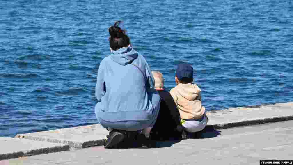 Мама с детьми любуются морем