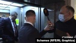Журналісти намагалися ще раз поставити запитання конституційному судді Філюку, та їм перешкодив співробітник суду, відсунувши мікрофон