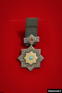 نشان «ذوالفقار» که برگرفته از نام شمشیر امام اول شیعیان است. طراحی این نشان پس از انقلاب تغییر کرد.
