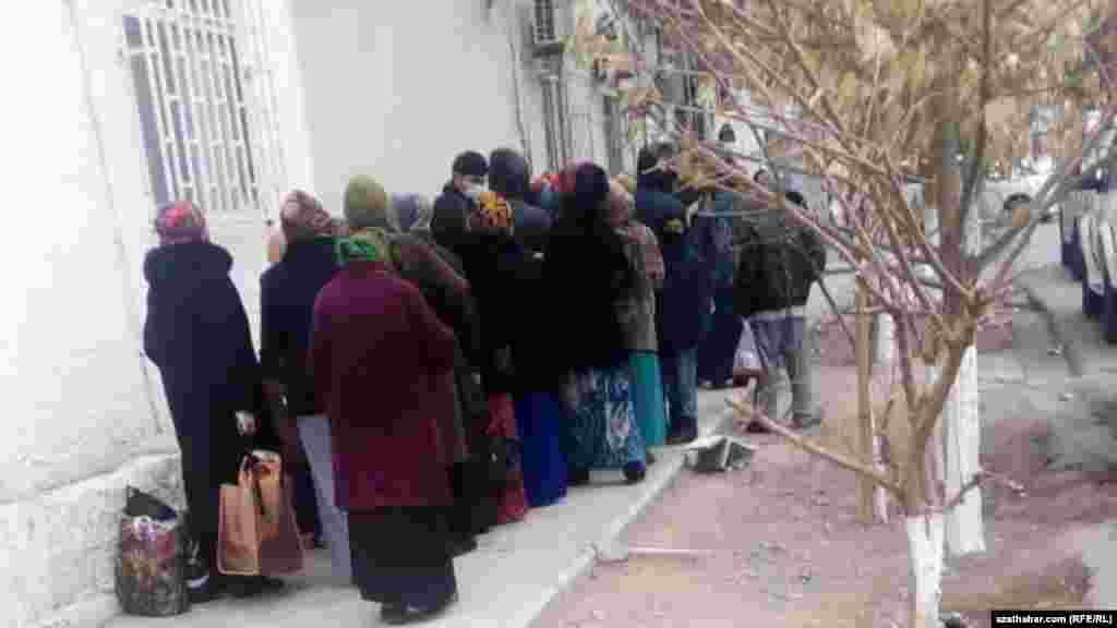 Туркменистан в последние годы стал страной уникальных очередей. В настоящее время очереди на рентген легких дополняют картину очередей в продуктовые магазины и к банкоматам. Ашхабад. Январь, 2021 г.