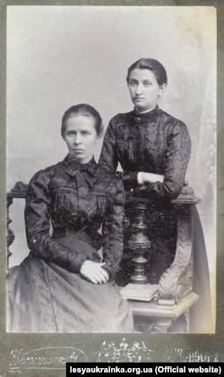 Леся Українка (ліворуч) із Ольгою Кобилянською. Чернівці, 1901 рік