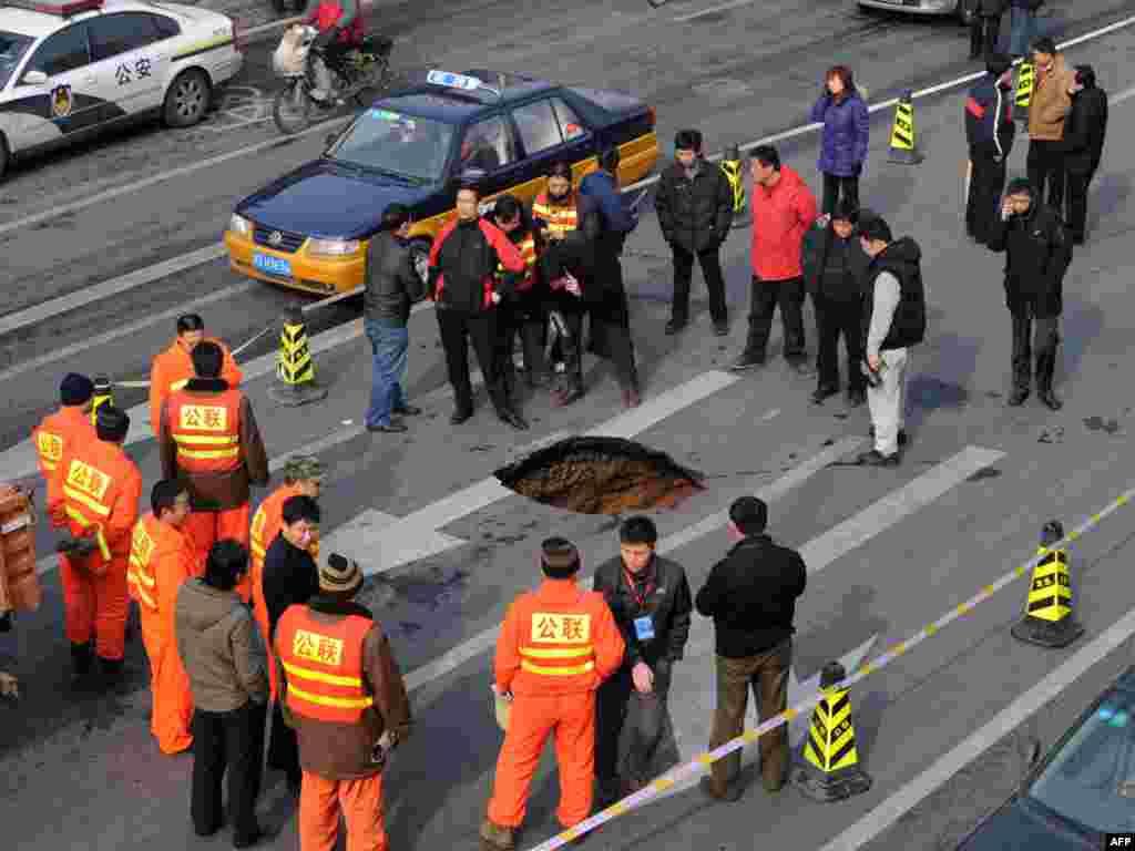 Кітай, Пэкін: пасярод вуліцы ўтварылася карставая варонка
