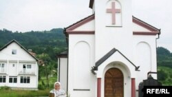 Fata Orlović ispred pravoslavne crkve sagrađene na njenom imanju.