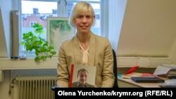 Депутатка парламенту Швеції Марія Нільссон у своєму офісі в Стокгольмі з книгою журналіста Миколи Семени «Кримський репортаж»